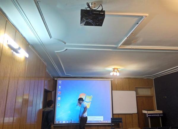 نصب دیتاپروژکتور در مجتمع آموزش عالی آزاد دانشمند