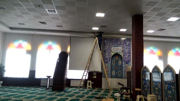 نصب دیتاپروژکتور در مسجدالزهرا